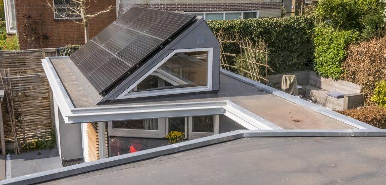 Het dak van de uitbreiding heeft zonnepanelen